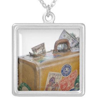 突出のお金が付いている旧式なスーツケース シルバープレートネックレス