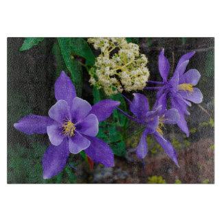 突然変異体のオダマキ(植物)の野生の花 カッティングボード