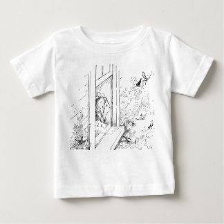 窓からの鳥を食べ物を与えている女の子 ベビーTシャツ