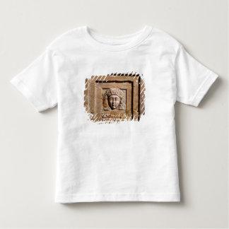 窓で女性を描写するレリーフ、浮き彫り トドラーTシャツ
