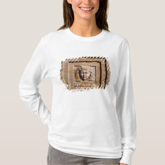 窓で女性を描写するレリーフ、浮き彫り Tシャツ