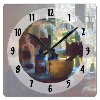 窓による乳鉢、乳棒およびボトル スクエア壁時計
