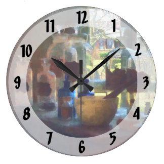 窓による乳鉢、乳棒およびボトル ラージ壁時計