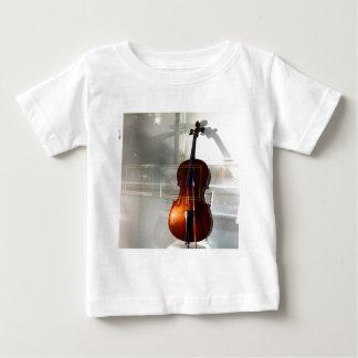 窓のチェロ ベビーTシャツ