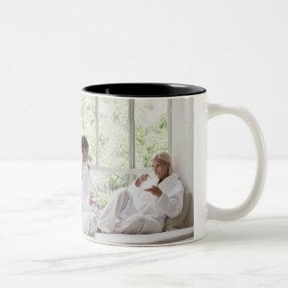 窓の茶を飲んでいる女性 ツートーンマグカップ
