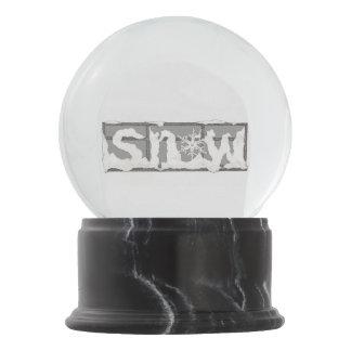 窓の~の冬の雪の地球の雪 スノーグローブ