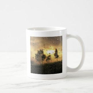 窓を通した自然の日没 コーヒーマグカップ