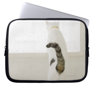 窓、背面図を見ている猫 ラップトップスリーブ