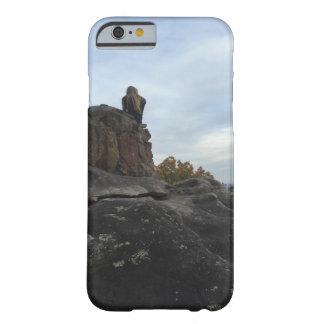 端に坐っている山の女の子 BARELY THERE iPhone 6 ケース