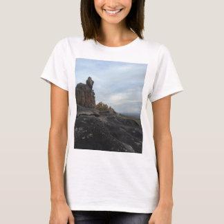 端に坐っている山の女の子 Tシャツ
