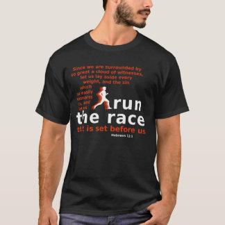 競争のヘブライ12:1の暗色のTシャツを走って下さい Tシャツ