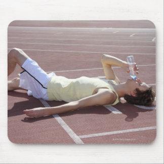 競争の後で飲んでいるオリンピック2012年のアスリート マウスパッド