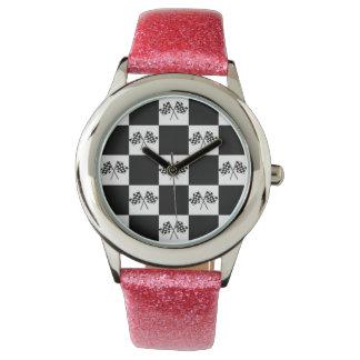 競争ファンの勝者の腕時計の白黒によって点検される旗 腕時計