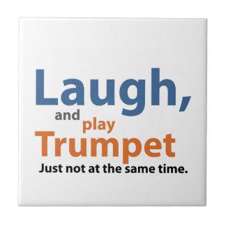 笑いおよび演劇のトランペット タイル
