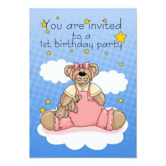 第1ピンクのテディー・ベアを持つ誕生日のパーティの招待状 カード