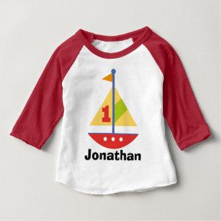 第1誕生日のヨットの名前入りなRaglanのTシャツ ベビーTシャツ