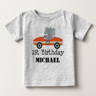 第1誕生日のレースカーの名前入りなTシャツ ベビーTシャツ