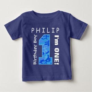 第1誕生日の男の子1年の青い迷彩柄V01H ベビーTシャツ
