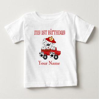 第1誕生日のDalmationの消防士の名前入りなワイシャツ ベビーTシャツ