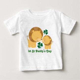 第1 Stの水田の日のアイルランドのベビーのライオンのシャムロックのティー ベビーTシャツ
