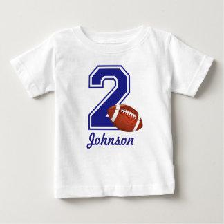 第2名前入りな誕生日の男の子のフットボール ベビーTシャツ