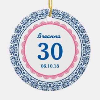 第30レースC05との誕生日の想い出の品の青いピンク セラミックオーナメント