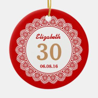 第30レースV01を持つ誕生日の想い出の品の赤そしてタン セラミックオーナメント