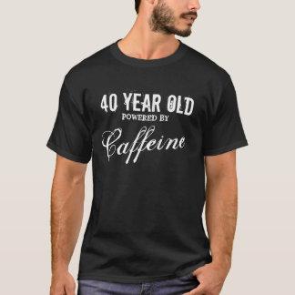 第40カフェインによって動力を与えられる誕生日のワイシャツ男性への| Tシャツ
