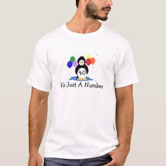第40気球を持つ誕生日のペンギン Tシャツ
