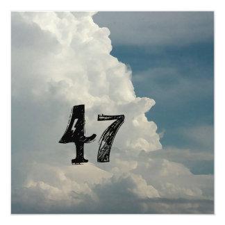 第47誕生日の雲のバースデーパーティ招待状 カード