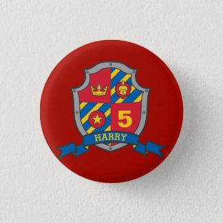 第5誕生日の赤く黄色い騎士盾の年齢ボタン 3.2CM 丸型バッジ