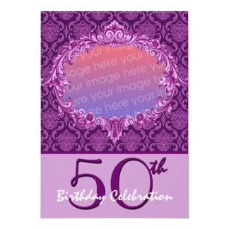 第50誕生会の写真の招待の紫色のダマスク織 カード