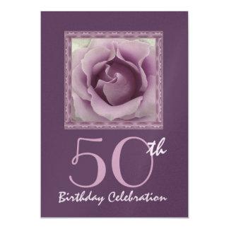 第50誕生日のパーティの招待状の夢みるような紫色のバラ カード