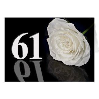 第61クラシックな白いバラが付いているバースデー・カード カード