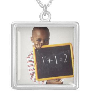 算術を学ぶこと。 aを保持している4歳の男の子 シルバープレートネックレス