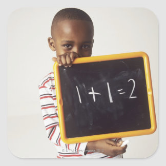 算術を学ぶこと。 aを保持している4歳の男の子 スクエアシール
