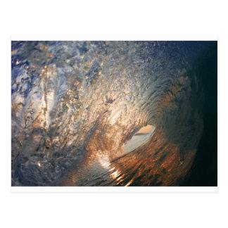 管のサーフィンの波の中 ポストカード