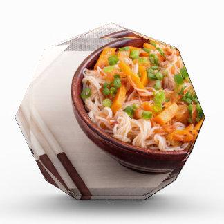 米のヌードルおよび野菜のクローズアップのアジア皿 表彰盾