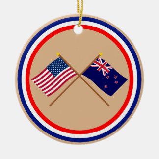 米国およびニュージーランドによって交差させる旗 セラミックオーナメント