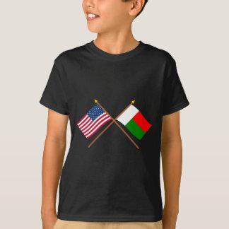 米国およびマダガスカルによって交差させる旗 Tシャツ