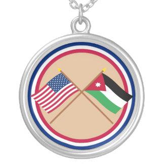 米国およびヨルダンによって交差させる旗 シルバープレートネックレス