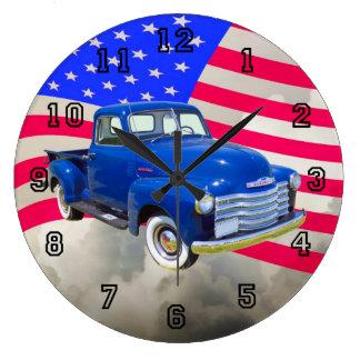 米国の旗が付いている1947年のシボレーThriftmasterの積み込み ラージ壁時計
