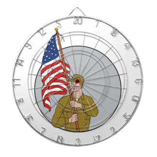 米国の旗の円のスケッチを握っているアメリカの兵士 ダーツボード