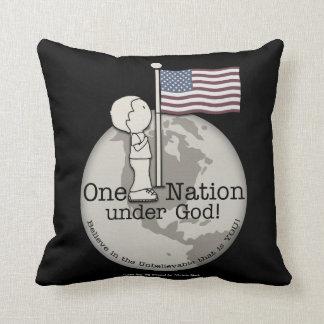 米国の旗の神小さい男の子の下の1つの国家 クッション
