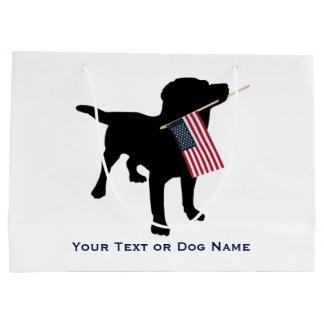 米国の旗、7月の第4を握っている黒い実験室犬 ラージペーパーバッグ