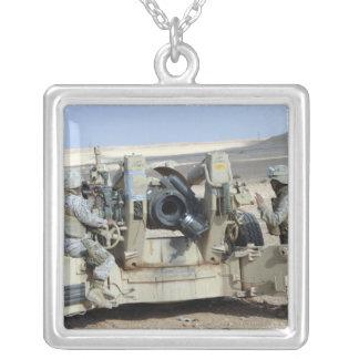 米国の海兵隊員は曲射砲を始動させることを準備します シルバープレートネックレス