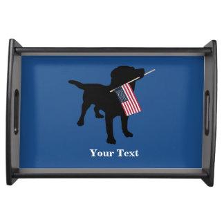 米国の米国旗、7月の第4を持つ黒い実験室犬 トレー