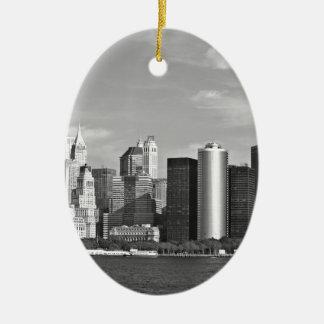 米国の都市景観: ニューヨークのスカイライン#2 [グレースケール] セラミックオーナメント