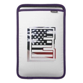米国はアメリカ人の最初のモノグラムEに印を付けます MacBook スリーブ