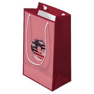 米国はアメリカ人の最初のモノグラムOに印を付けます スモールペーパーバッグ